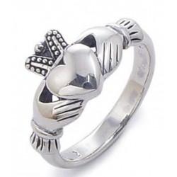 La bague claddagh symbole d'amour est l'un des bijoux celtiques le plus facile à identifier